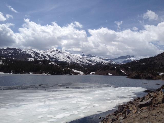 Le lac est encore gelé au mois de mai... (à une altitude de 9 000 pieds).